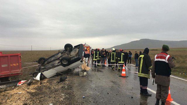 Kamyonla çarpışan otomobil takla attı: 1 ölü