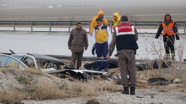Otomobil, menfez duvarına çarptı: 2 ölü, 1 yaralı