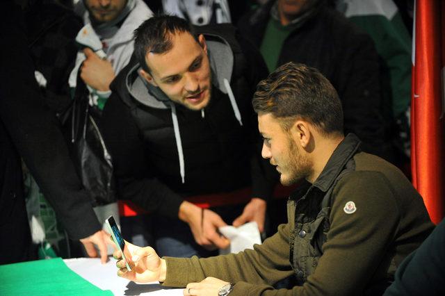 Bursasporlu futbolcular Yusuf Erdoğan, Sow ve Bostock taraftarla buluştu
