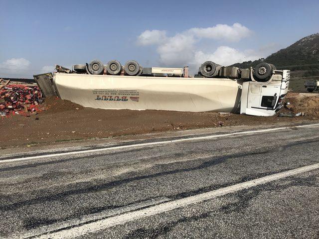 Çanakkale'de TIR virajda devrildi; şoför yaralandı