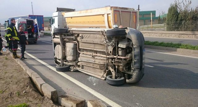 TIR'a çarpıp devrilen hafif ticari araçta sıkışan sürücü yaralandı