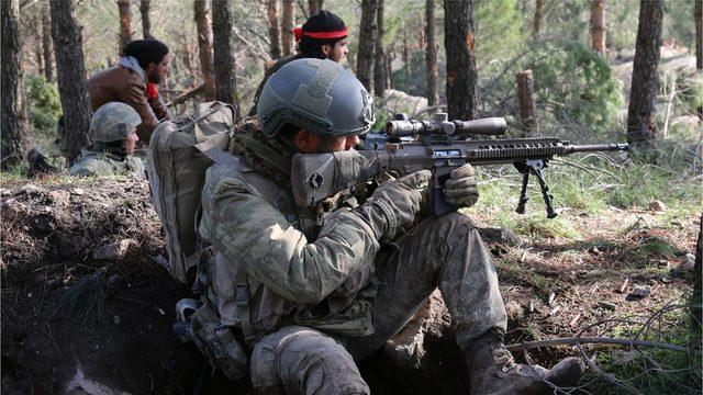 Afrin'de Türk askerleri ÖSO savaşçılarıyla yan yana savaşıyor