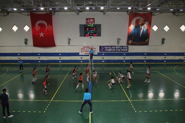 Türkiye Okul Sporları Voleybol Gençler Grup Birinciliği Mersin'de başladı