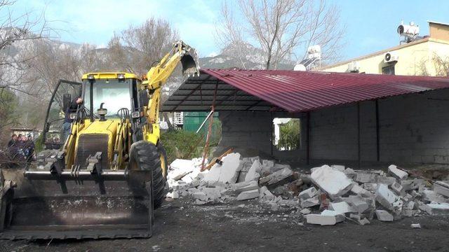 Kemer'de ruhsatsız evler yıkılıyor