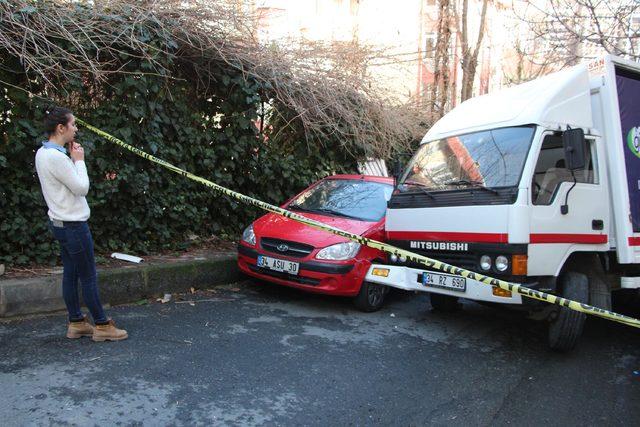 Yokuş aşağı kayan kamyonet park halindeki otomobile ve bahçe duvarına çarptı