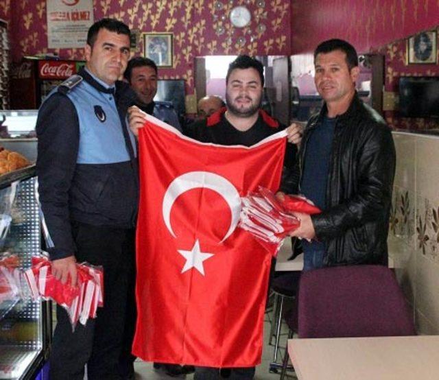 'Zeytin Dalı Harekatı'na destek için esnafa Türk bayrağı dağıtıldı