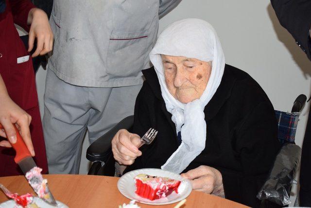 Tedavi gören hastaya doğum günü sürprizi