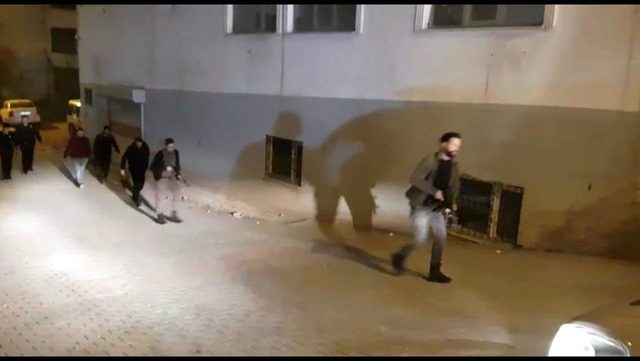 Siirt'te polis aracına maytap atan 2 çocuk kovalamaca sonucu yakalandı