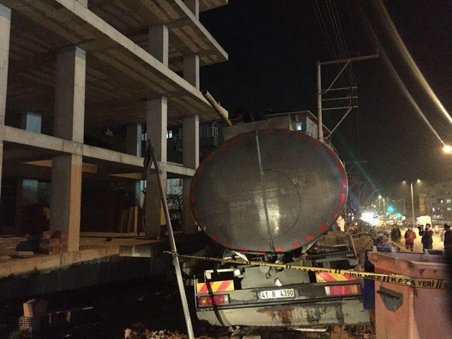 El frenini çekmeyi unuttuğu tanker inşaata çarptı