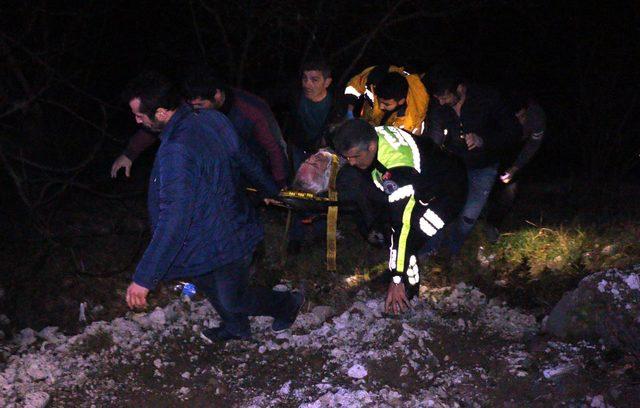 Ormanlık alana yuvarlanan otomobilin sürücüsü yaralandı