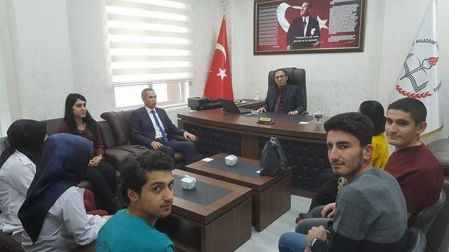 Yurtdışına giden öğrenciler müdür Kaya'yı ziyaret etti