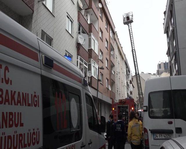 Yangında mahsur kalan yaşlı kadını, itfaiye sırtında dışarı çıkardı