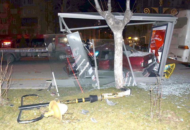 Kütahya'da alkollü sürücü, otobüs durağına çarptı