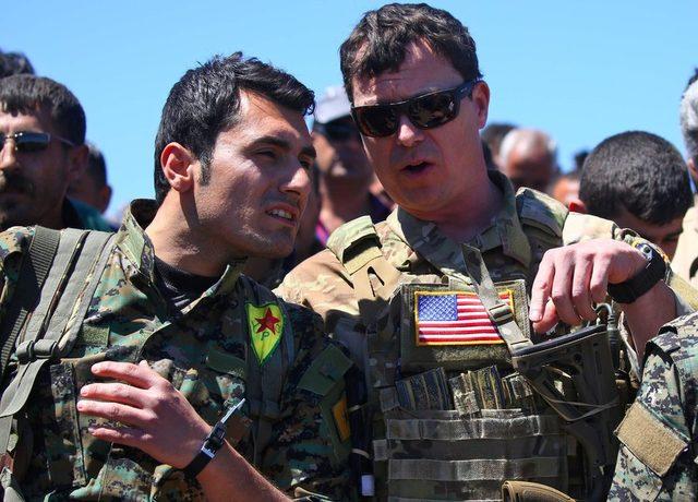 Türkiye'nin 2017'de Suriye'denin kuzeydoğusundaki YPG hedeflerine saldırısı sonrasında ABD askerleri bölgede böyle poz vermişti