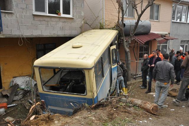 Freni boşalan işçi servisi eve çarptı: 17 yaralı
