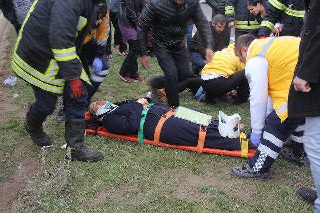 Tıra çarpan servis minibüsü kağıt gibi yırtıldı: 10 yaralı