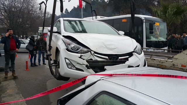 Otomobil park halindeki araca çarptı; art arda 6 araç hasar gördü