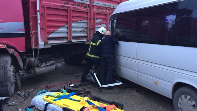 İşçi servisi kamyona çarptı: 5 yaralı