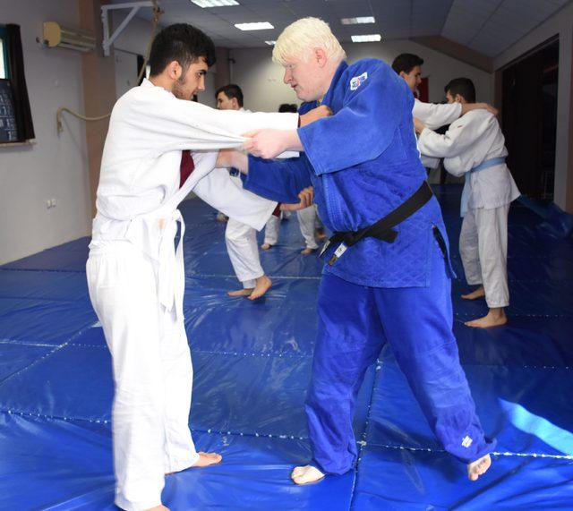 Görme engelliler, judoyla hayata bağlanıyor