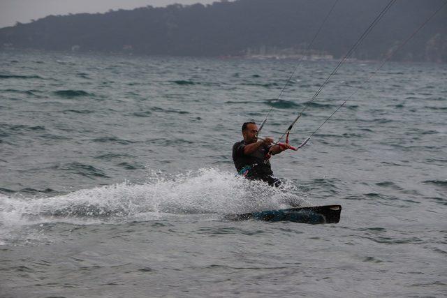 Sörfçüler rüzgarın tadını çıkardı