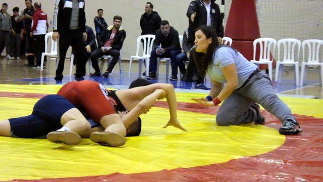 Balıkesirli güreş hakemi Kübra'nın hedefleri büyük