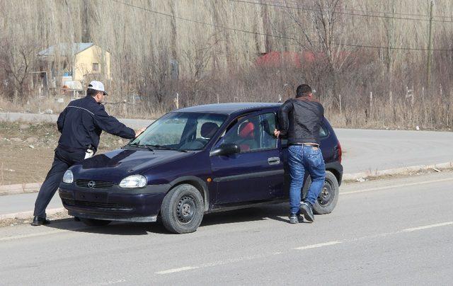 Yolda kalan vatandaşın imdadına polis yetişti
