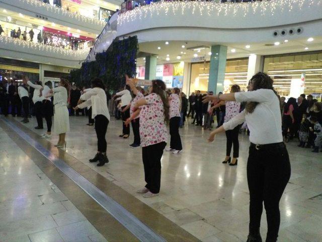 Kansere dikkat çekmek için dans ettiler