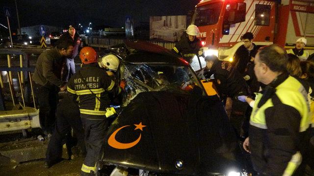 Otomobil bariyerlere çarptı, sürücü yaralandı, eşi öldü