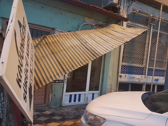 Kırkağaç'ta şiddetli rüzgar hayatı olumsuz etkiledi