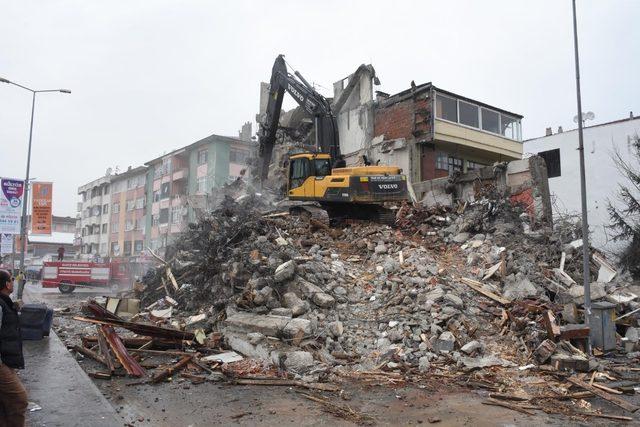 Düzce'de Rıhtım Caddesinde yıkım başladı