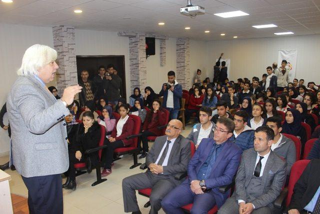 Yazar Ahmet Kara ve Ali Gülmez okul öğrencileriyle buluştu