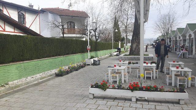 Öğrenciler Sanat Sokağı'nı çiçeklerle donattı