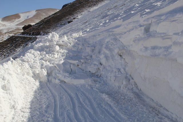 Başkale'de kardan kapanan 2 mahalle yolu 3 günde açılabildi