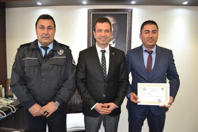 Kaymakam Gürçam'dan başarılı polise belge