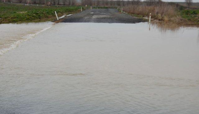 Tekirdağ'da sağanak yağış mahalle yolunu ulaşıma kapattı