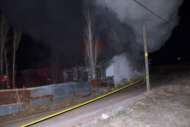Sivas'ta tek katlı ev yangında kül oldu