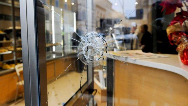 Saldırı sırasında bir fırının vitrininde açılan mermi deliği