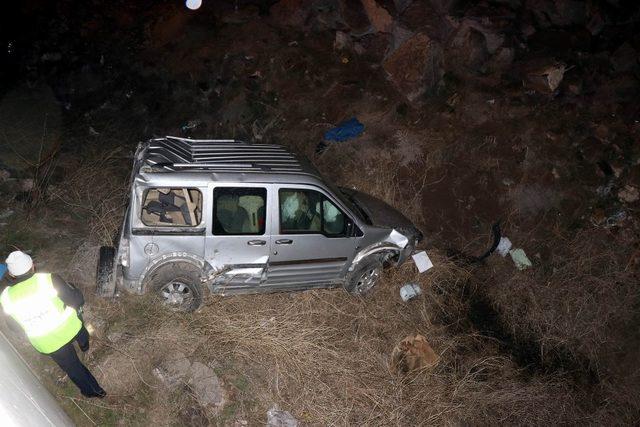 Otomobille çarpıştı, şarampole uçtu: 3 yaralı