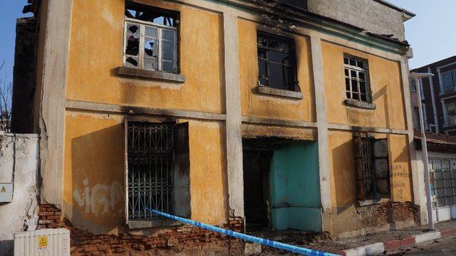 Sarıgöl'de 64 yıllık ev tamamen yandı