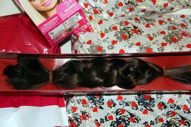 Lösemi hastası olan kız çocuğuna saçını hediye etti