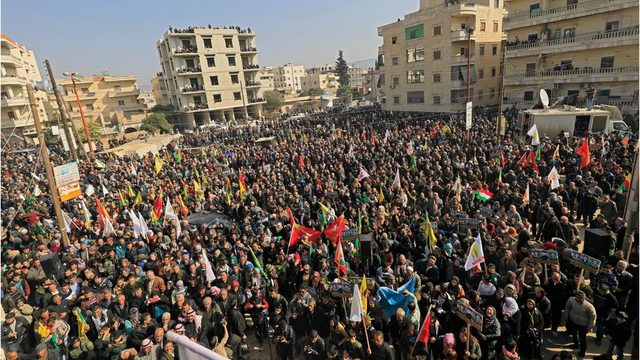 Afrin'de 6 Şubat'ta Kamışlı ve Haseke'den otobüslerle gelen çok sayıda kişinin de katıldığı gösteride Türkiye'nin bölgeye yönelik operasyonu protesto edildi