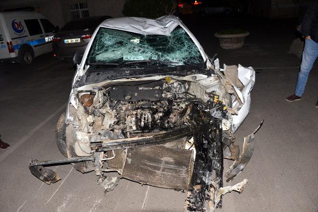Kaçak sigara yüklü otomobil, polisten kaçarken takla attı