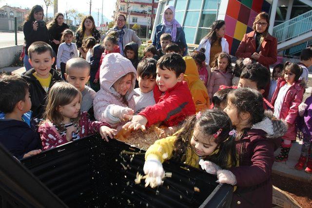 Kreş öğrencileri organik gübre yapımını öğrendi