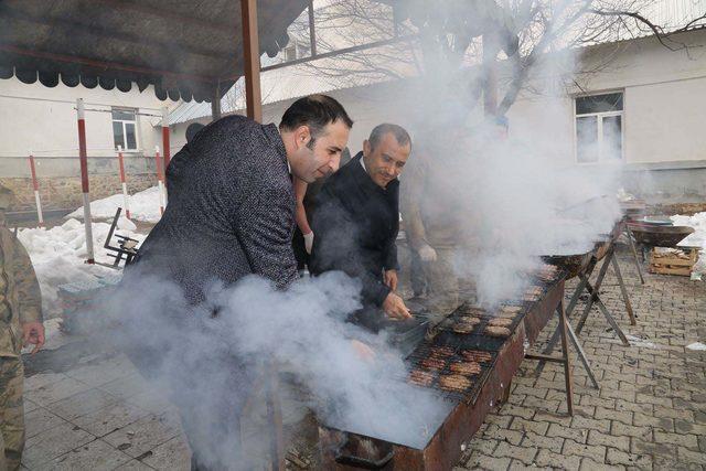 Tunceli Valisi Sonel, Mehmetçik için mangal başına geçti