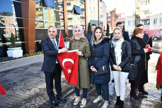 Başkan Mehmetçik için bayrak ve karanfil dağıttı