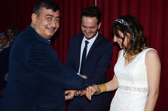 Sevgililer Günü'nde evlenen polis çifte meslektaşlarından kelepçe