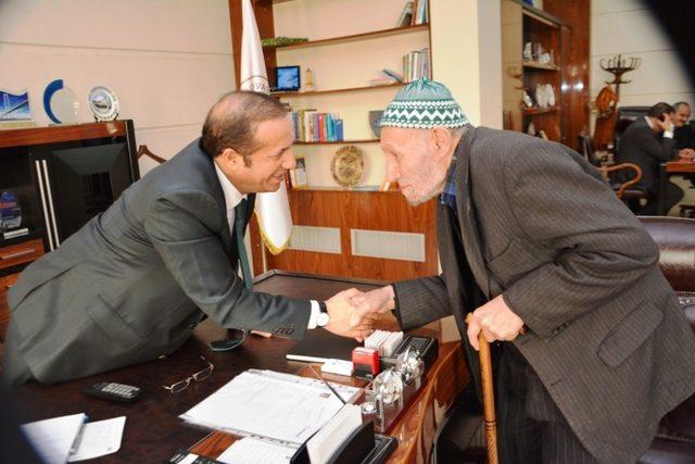 Başkan Toltar, vatandaşların taleplerini dinliyor