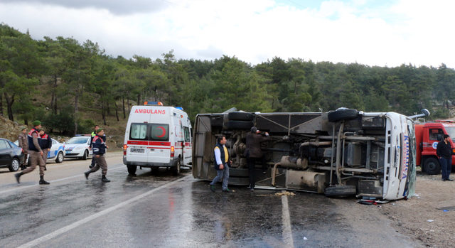 Kemer'de yolcu midibüsü devrildi: 14 yaralı (2)- Yeniden