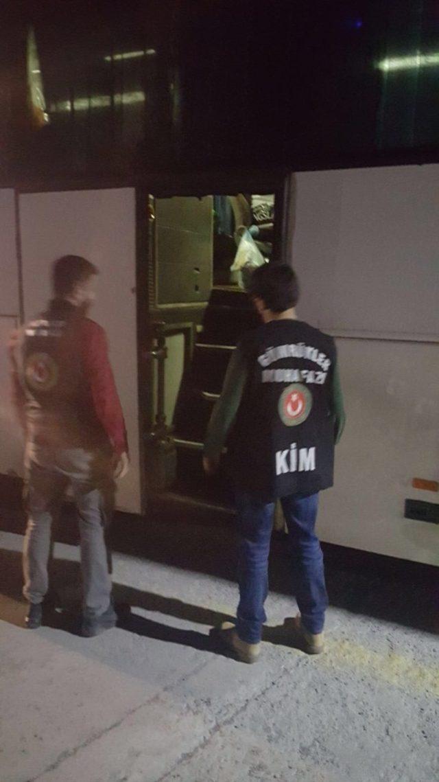 Gürcistan'a bir otobüsün gizli bölmesinde geçmeye çalışırken yakayı ele verdiler
