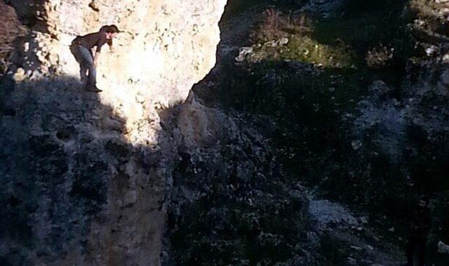 Ulubey Kanyonu'ndaki kayalıklarda mahsur kalan genci AFAD kurtardı